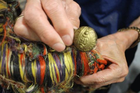 獅子を覆う毛は栃木県産の麻糸を買い付けに行き、自分たちで編み込んで作ったもの。鈴は本場富山の鋳物屋に特注したもの。