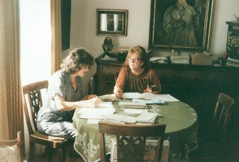 Mme Ulrike Friedrichs et Mme Bettina Heinen-Ayech en préparation de la publication du catalogue raisonné d'Erwin Bowien, 1998