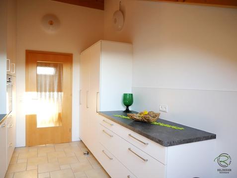 Besenschrank mit Platz für Leiter, Kühlschrank, Vorratsschrank & Anrichte für Küche in Dachschräge angepasst in weiß u. anthraziter Arbeitsplatte