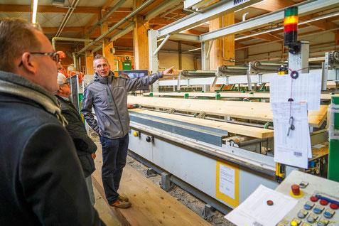Jörg Schaffitzel erklärt die Roboter-gesteuerte Holzsortierung