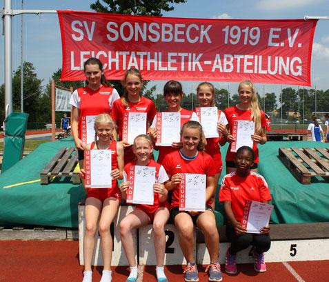 Die weibliche U14-Mannschaft mit Rieke Unland (hinten rechts), Ayisha Mouhamed (vorne rechts) und Ronja van der Heiden (Zweite von rechts vorne) vom LAZ beeindruckte ihre Trainer sehr.