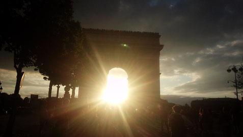 夏至の翌日の凱旋門の夕陽