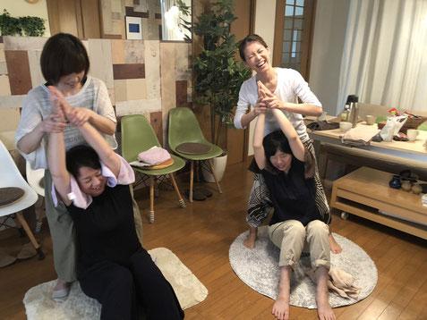 AguraAtsuのストレッチと体揺らし。楽しくてみんな笑っちゃいます。