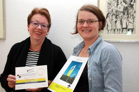 """Gemeinsam """"Für Sie hier am Ort"""": Petra Mellinghoff (li.) und Pfarrein Beatrix Firsching freuen sich auf gemeinsame Aktionen von U-Bund und ev. Kirchengemeinde"""