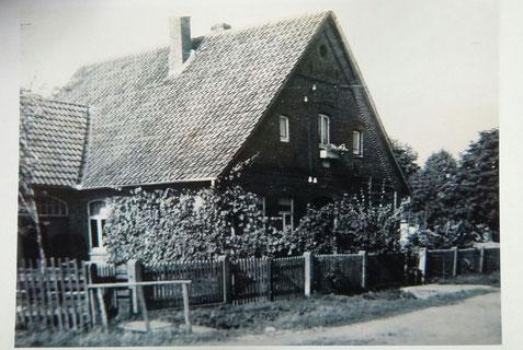 Dies ist ein Originalfoto vom obigen Haus aus längst vergangener Zeit.