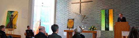 Pfarrer Dr. Bassy hält die Eröffnungsrede im Anschluss an den Gottesdienst