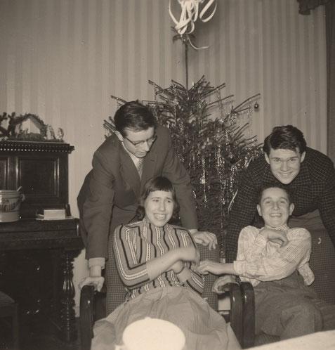 Henning vorn rechts mit Bruder Johannes oben links