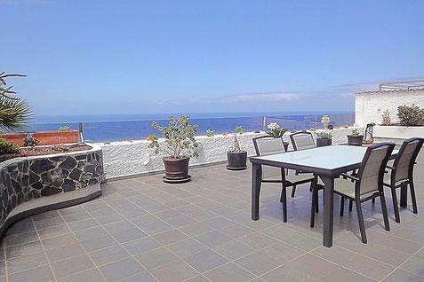 Meerblick von einer großen Terrasse