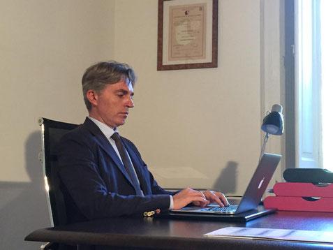 Il dr. Armando Nuzzolo mentre scrive uno dei suoi articoli sul management