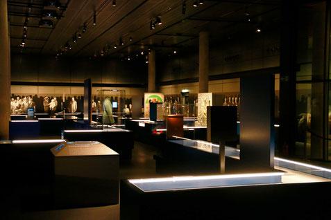 Der Ausstellungssaal mit den verschiendenen Mitmachstationen.