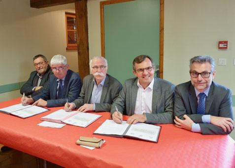 de g. à d. : Bernard Bronchain, 1e vice-président de l'Entente; Thierry Bourbier, président de la FDSEA; Gérard Seimbille, président de l'Entente; Hervé Ancellin, président de la Chambre d'agriculture; Jean-Paul Vicat, sous-préfet de Compiègne.