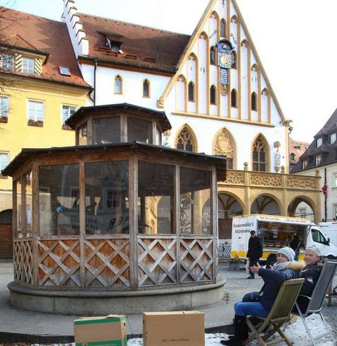 Quelle: onetz.de (https://www.onetz.de/amberg-in-der-oberpfalz/politik/statt-unter-der-linde-wollen-die-freien-waehler-am-hochzeitsbrunnen-sitzen-nach-rundbank-lieber-halbrund-sitzen-d1729715.html)