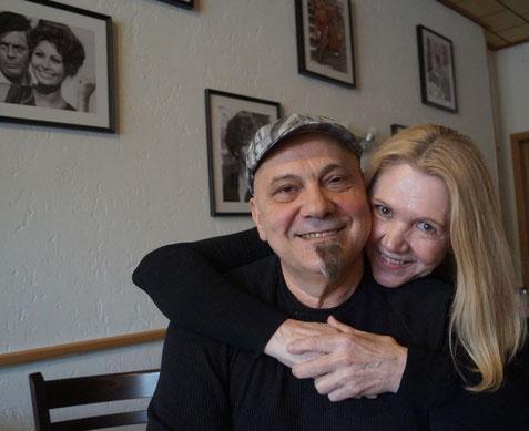 Claudio Bartolo mit seiner großen Liebe vor der weißen Wand mit den Kino-Legenden. Foto: Alpha-Report