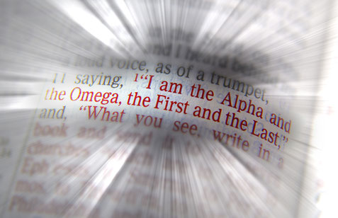 Dieu Tout-Puissant, Jéhovah ou Yahvé est appelé l'alpha et l'oméga, le premier et le dernier, Créateur de A à Z, seul vrai Dieu au début et à la fin.