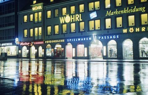 Die nächtliche Wöhrl-Fassade um 1966