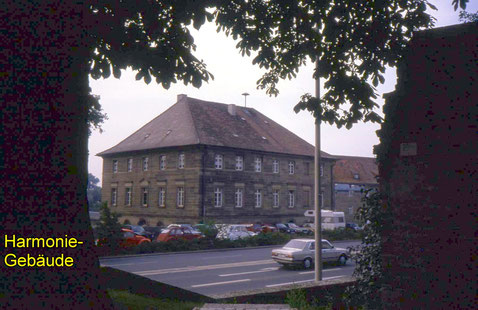 Harmoniegebäude in den 1960ern - noch mit Parkplatz