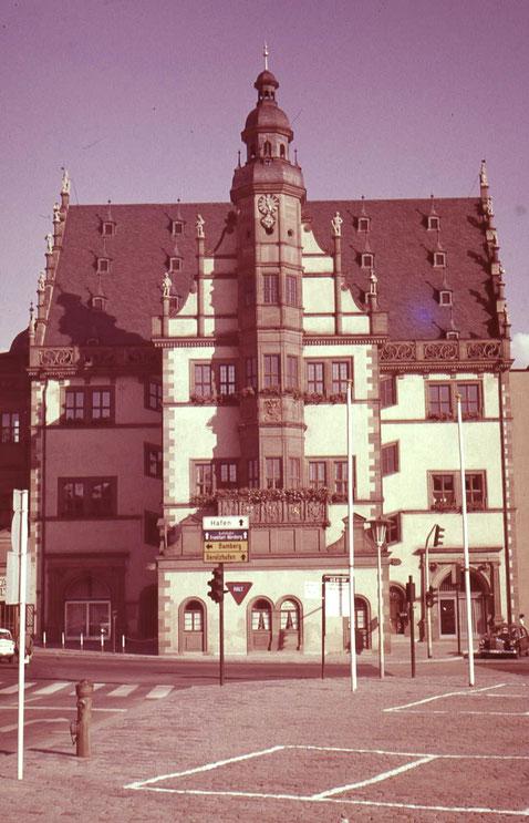 Das Rathaus in den 1960ern, da gings noch durch die Brückenstraße nach Gerolzhofen und durch die Rückertstraße nach Bamberg