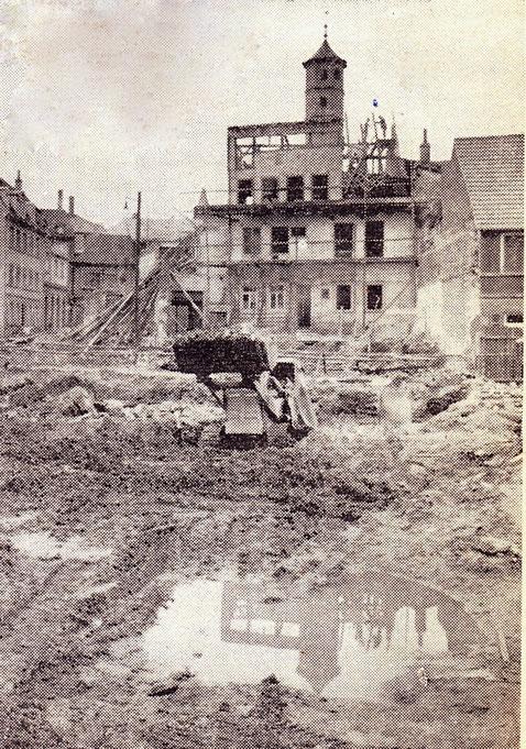 Abriss für den Bau des Frederike-Schäfer-Heims - im Bild Haus Fischerrain 25/27, das ebenfalls abgerissen wurde