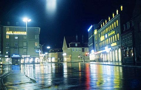 Roßmarkt bei Nacht im Regen mit Bavaria-Kino links und Wöhrl rechts ca. 1966