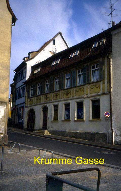"""Krumme Gasse mit früherem Haus """"Patrizier"""" in den 1960ern"""