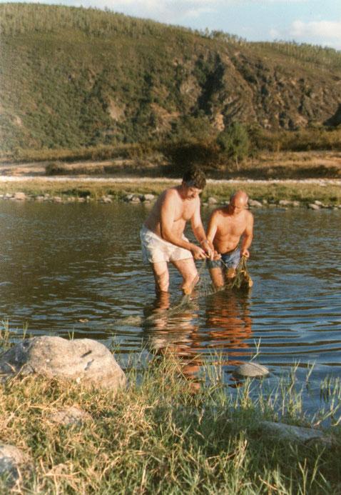 Pescadores en el rio. Años 70. Pedro. Propiedad privada.