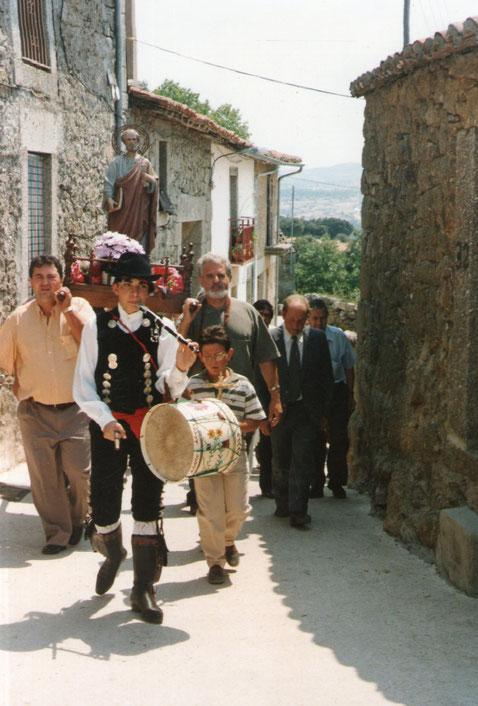 Por la casa de Tomás, Pedro releva a León.