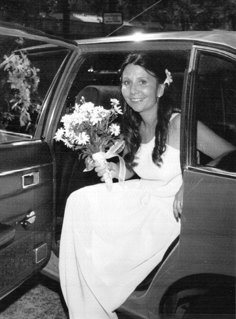 La novia baja del coche.