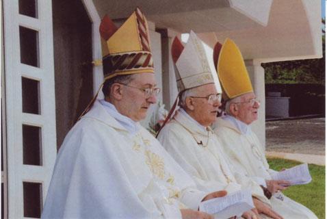 I tre vescovi (monss. Renato Spallanzani, Pietro Garlato, Vittorio Tomassetti) il giorno della Consacrazione della Chiesa dedicata al Cuore Immacolato di Maria