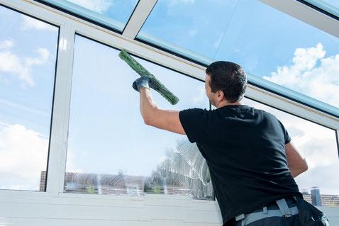 Fensterputzer reinigt Fenster