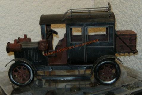 Photographiée sous un autre angle. Tout est en fer, très original cette petite voiture d'enfant!
