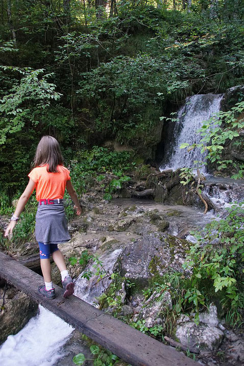 Kleine Stege und kleine Wasserfälle prägen den unteren Teil