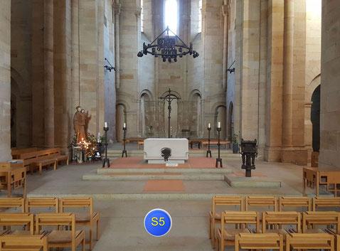 Standort 5 im Mittelschiff vorm Altar