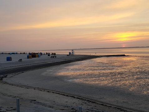 Ein typischer und wunderschöner Sonnenuntergang am Strand von Neßmersiel