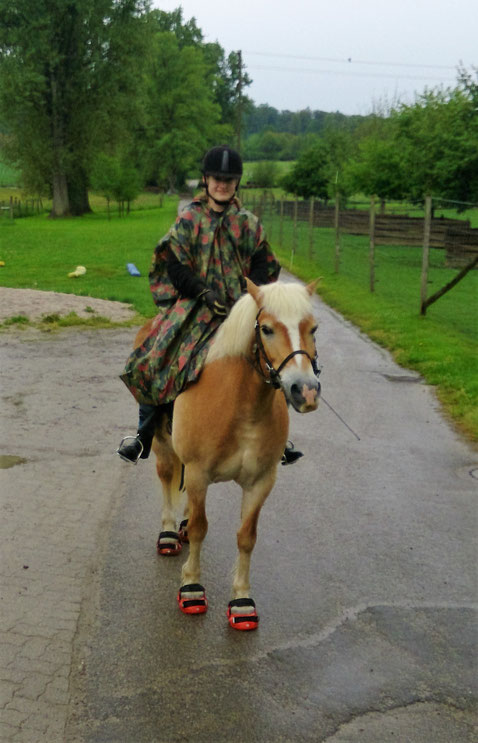 Natascha mit dem Bundeswehrponcho aufm Pony :-)