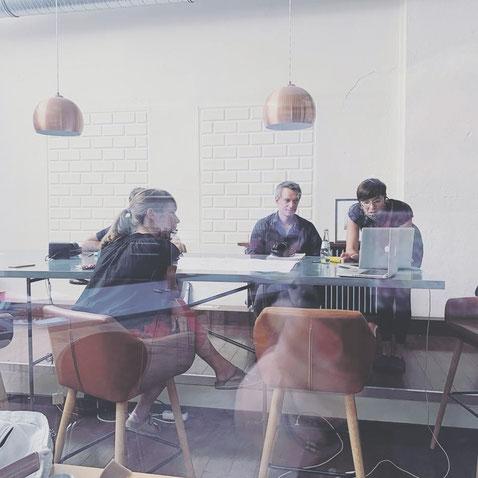 """Arbeitsgruppe """"TRANSIT"""" mit Dr. Tim Lücke (icon design), Sonja Langner (Agora Köln e. V.), Jessica Hoppe (Mülheimer Freiheit 126), Ulf Bohndorf (KVB)  und zugeschaltete Teilnehmer*innen"""