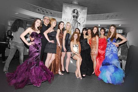 Designerin Claudia Scholl wird im Admiral Filmpalast von ihren Models umringt.