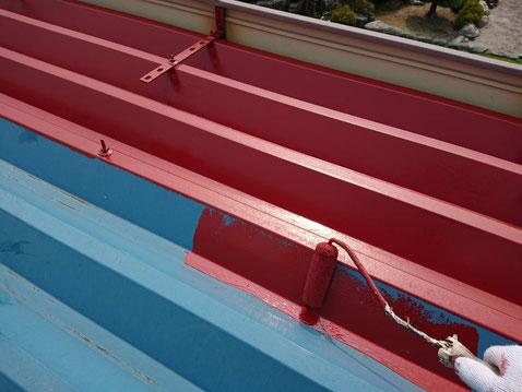 垂井町、関ヶ原町、養老町、大垣市、池田町、揖斐川町、屋根塗装工事中の屋根塗装工事専門店。垂井町表佐で屋根塗装工事/下塗り作業中