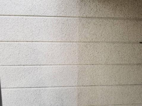 海津町、南濃町、平田町、養老町、輪之内町、羽島市、祖父江町、八開村、立田村、長島町、多度町、北勢町で外壁塗装工事中の外壁塗装工事専門店。南濃町境で外壁塗装工事/外壁の下塗り作業中