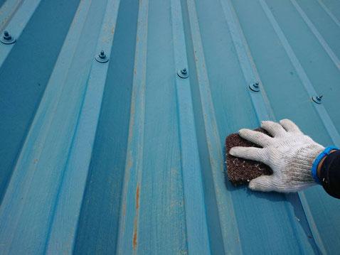 垂井町、関ヶ原町、養老町、大垣市、池田町、揖斐川町、屋根塗装工事中の屋根塗装工事専門店。垂井町表佐で屋根塗装工事/ケレン作業中