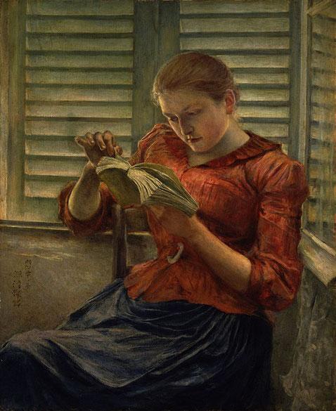 Mujer leyendo atentamente un libro.