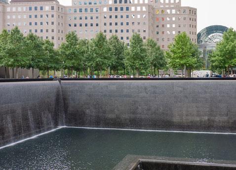 Dort, wo früher die Twin Towers standen, stürzen heute Wassermassen in schwarze Löcher.