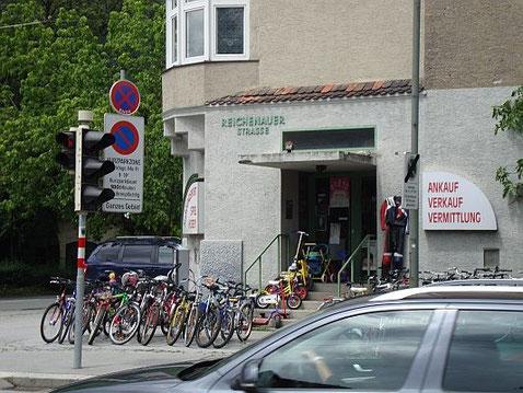 Altwarengeschäft in der Reichenauer Straße, Ecke Pembaurstraße in Innsbruck; wegen Pensionierung 2013 aufgelassen. Digitalphoto; © Johann G. Mairhofer 2012.  Inv.-Nr.  1DSC03551