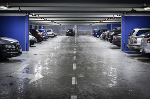 Parkhaus mit Fahrzeugen als Key Visual für Parkplatzbewirtschaftung