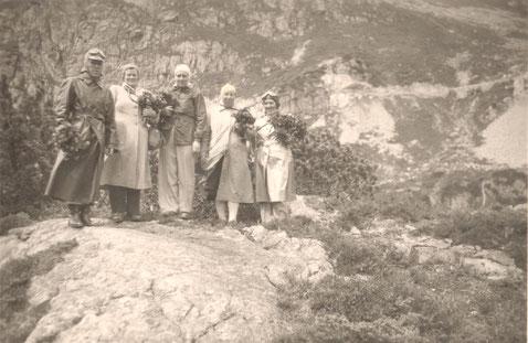 Eine Passfahrt Anfang der 1950er-Jahre: Gruppenbild mit Alpenrosen.