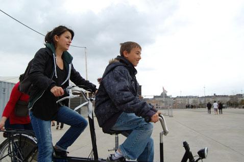 Deux personnes en tandem lors de notre chasse aux oeufs d'avril 2012.