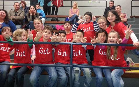 Schülerinnen und Schüler aus der Klasse 2a vor dem Spiel