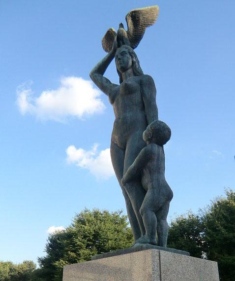 9月12日(2013) 母子像:三鷹市庁舎の中庭に立つ