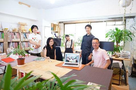 「秋山立花」のみなさん。一番右が秋山怜史さん。オフィスにて