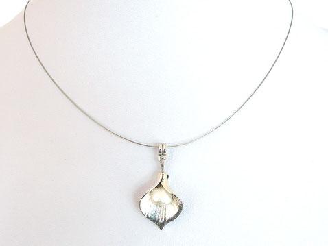 Halskette mit Metallblüte und Zuchtperle