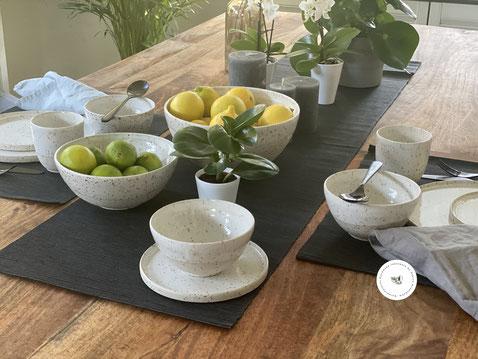 """Gedeckter Tisch, Schüsseln und Teller, Kollektion """"Spots Ceramics"""" Handgetöpfert ©Keramikatelier Sabine Schönbohm"""